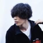 米津玄師の髪型。お洒落だけど、やたら顔を隠すのはなぜ?